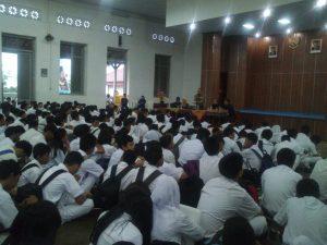 siswa mendengarkan sharing knowlegde dan motivasi.