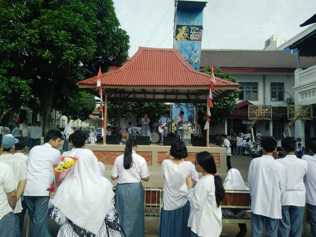 Siswa dan Guru Menyaksikan Penampilan Band SMKN 1 Jakarta