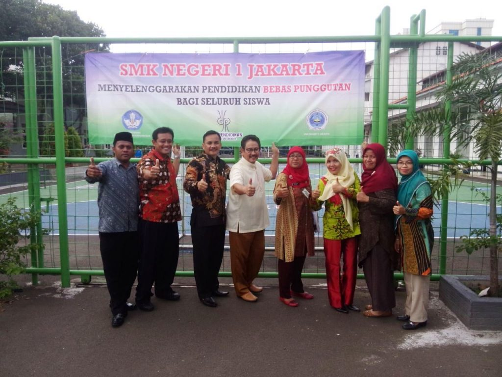 Kepala Sekolah dan Staff Foto Bersama dengan Dr Marlock di SMKN 1 Jakarta
