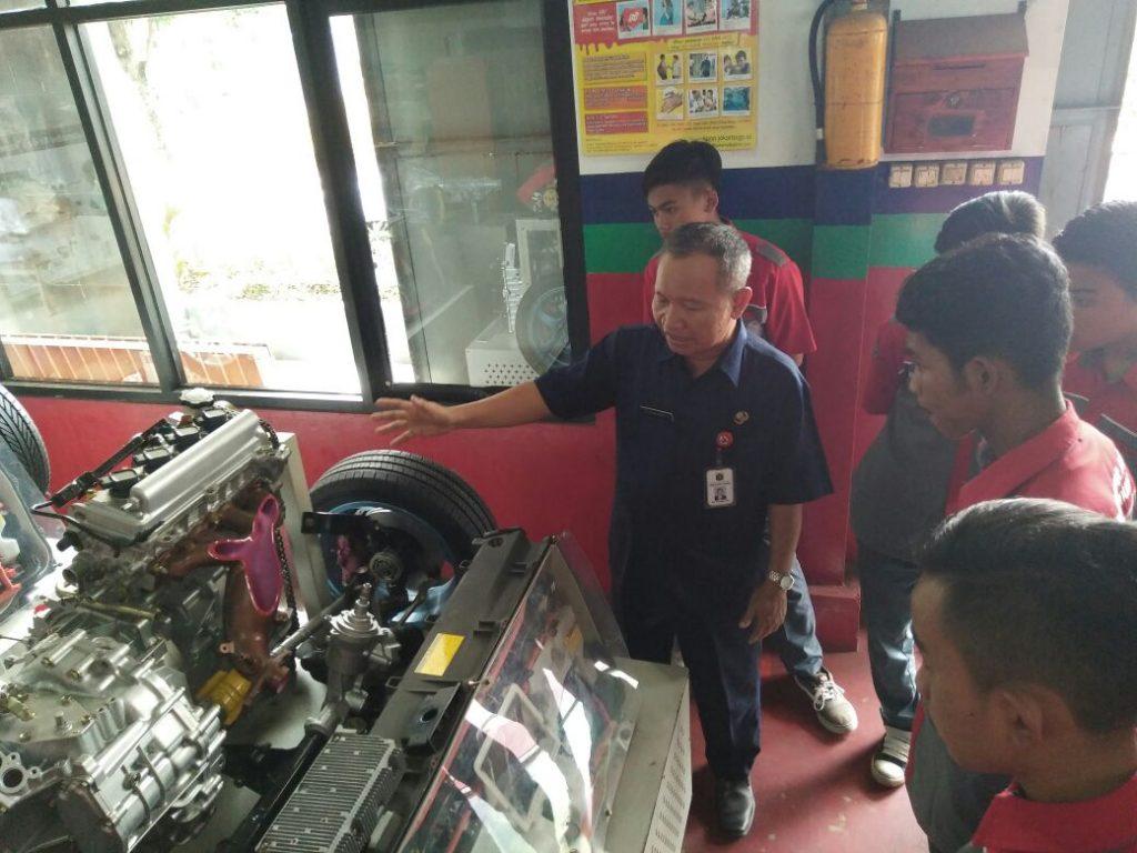 Siswa Siswi SMK Banjar Asri di Jurusan TKR