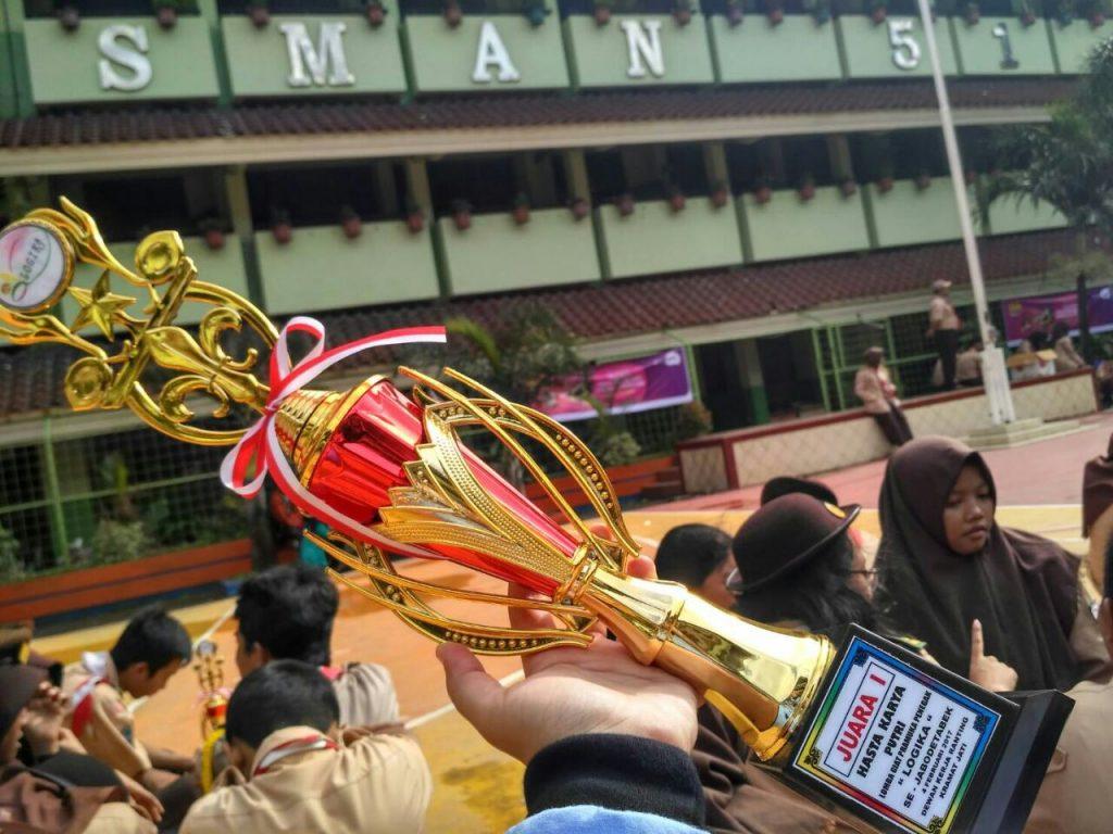 Mendapatkan Piala di SMAN 51 Jakarta sebagai Juara 1 dalam bidang lomba Hasta Karya