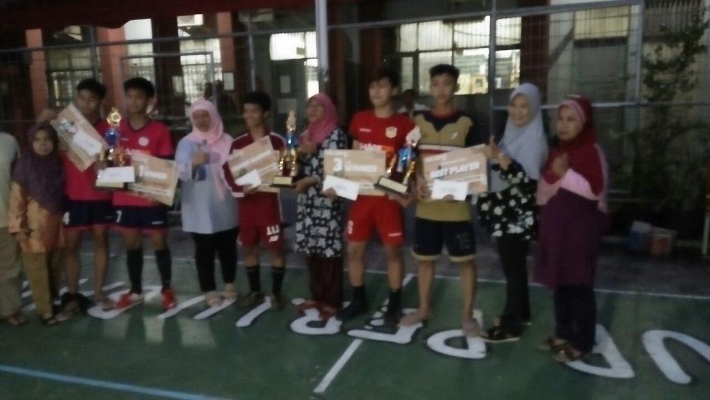 Foto Bersama Team Footsal dengan Meraih Juara 2 Cup Footsal di SMKN 48 Jakarta Bersama Ibu Siti Hajar (Wakil Kesiswaan)