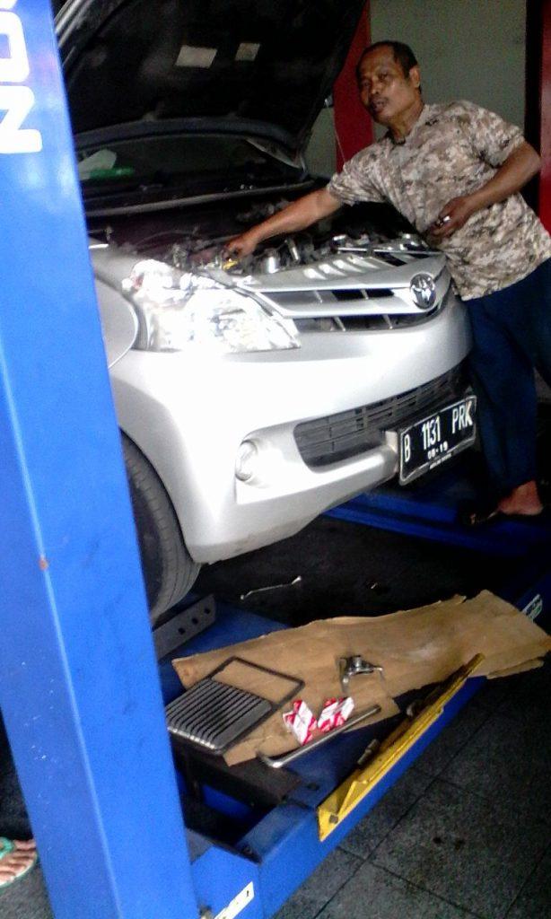 Pak Warsiman/ Mekanik sedang melakukan Tune Up Mobil Avanza