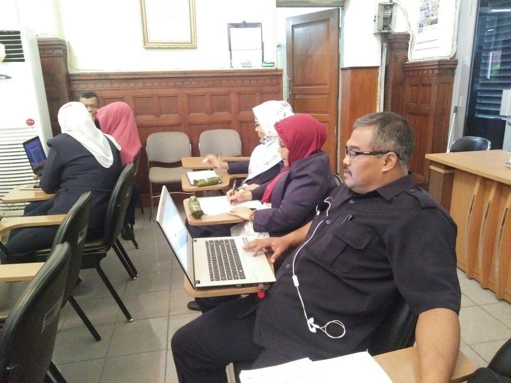 Peserta In House Sedang mengerjakan Mengerjakan Instruksi dari Narasumber (Bpk. Untung Prayogo, Ibu. Sumiasih, Ibu. Indah)