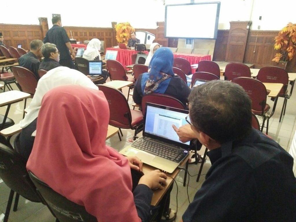Nara Sumber Bpk Ahmad Nahyani sedang menjelaskan kepada Peserta In House Training Ibu. Endah Kemalasari