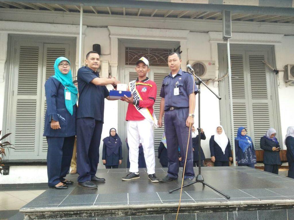 Pemberian Selamat Oleh Kepala Sekolah (Drs. Asep Asep Supriatna Hadiri) dan Wakil Kepala Sekolah (Ibu Siti Hajar dan Bpk. Sopandi)