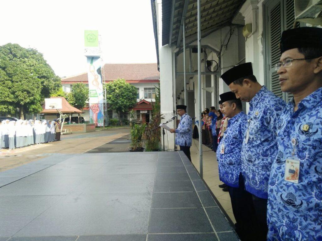 Upacara Hari Pahlawan di Pimpin oleh Bapak Kepala Sekolah Drs. Rahmedi