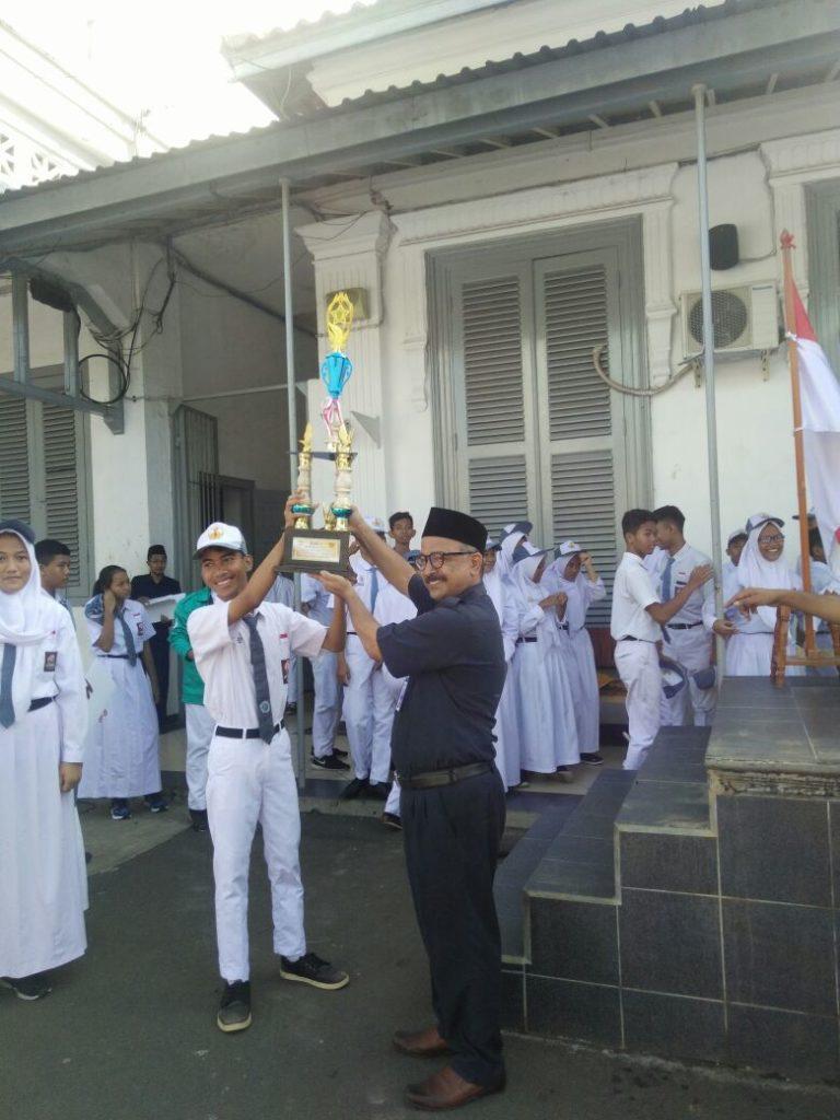 Piagam Juara 2 Paskibraka di terima oleh Bapak Kepala Sekolah Drs. Rahmedi